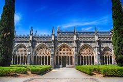 Άποψη του γοτθικού μεσαιωνικού μοναστηριού Batalha και του διακοσμητικού κήπου, στοκ εικόνα
