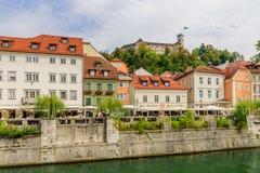 Άποψη του γραφικού αναχώματος του ποταμού Ljubljanica και του κάστρου του Λουμπλιάνα στοκ εικόνα