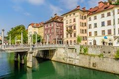 Άποψη του γραφικού αναχώματος του ποταμού Ljubljanica με τα όμορφα παλαιά σπίτια Στοκ φωτογραφίες με δικαίωμα ελεύθερης χρήσης