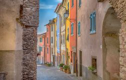 Άποψη του γραφικού και αρχαίου χωριού Pignone, με τα ζωηρόχρωμα σπίτια σε εσωτερικό του Λα Spezia, κοντά στα διάσημα 5 Terre, Ιτα στοκ εικόνα