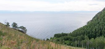 Άποψη του δάσους, της λίμνης και άλλης κορυφής από mountainside στοκ εικόνες