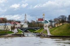 Άποψη του Δημαρχείου και της εκκλησίας Voskresenskaya από την εκβολή Vitba Στοκ Εικόνα
