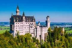 Άποψη του διάσημου τουριστικού αξιοθεάτου στις βαυαρικές Άλπεις - το 19ο κάστρο Neuschwanstein αιώνα στοκ εικόνα
