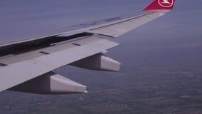Άποψη του διεθνούς επιπέδου από τη Turkish Airlines επάνω από το αγροτικό τοπίο στην Ταϊλάνδη απόθεμα βίντεο
