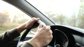 Άποψη του δρόμου από τον ανεμοφράκτη του αυτοκινήτου στη βροχή Πτώσεις της πτώσης νερού στο γυαλί, που καθιστούν το δύσκολο απόθεμα βίντεο