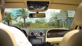 Άποψη του δρόμου από το backseat του οχήματος πολυτέλειας, επιχειρησιακός οδηγός πίσω από τη ρόδα Στοκ φωτογραφία με δικαίωμα ελεύθερης χρήσης