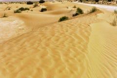 Άποψη του δρόμου κατευθείαν στην έρημο Σαχάρας στην Τυνησία στοκ εικόνες