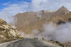 Άποψη του δρόμου με πολλ'ες στροφές και των μεγαλοπρεπών δύσκολων βουνών στα ινδικά Ιμαλάια, Ladakh, Ινδία Έννοια φύσης και ταξιδ στοκ εικόνες