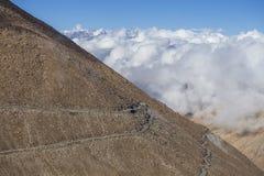 Άποψη του δρόμου με πολλ'ες στροφές και των μεγαλοπρεπών δύσκολων βουνών στα ινδικά Ιμαλάια, Ladakh, Ινδία Έννοια φύσης και ταξιδ στοκ εικόνες με δικαίωμα ελεύθερης χρήσης