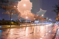 Άποψη του δρόμου στο Παρίσι, Γαλλία με το φως φλογών θαμπάδων στη βρέχοντας ημέρα Στοκ Εικόνες