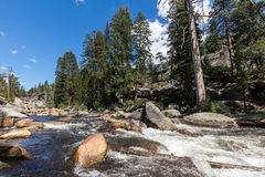 Άποψη του εθνικού πάρκου Yosemite από το ίχνος υδρονέφωσης και το ίχνος του John Muir, Καλιφόρνια, ΗΠΑ Στοκ φωτογραφία με δικαίωμα ελεύθερης χρήσης