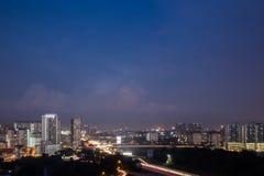 Άποψη του εμπορικού κέντρου σε Shah Alam με σημαντική εθνική οδό κατά τη διάρκεια της μπλε ώρας στοκ φωτογραφία
