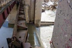 Άποψη του ενισχυμένου συγκεκριμένου φράγματος στον ποταμό Protva στοκ φωτογραφία με δικαίωμα ελεύθερης χρήσης
