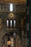 Άποψη του εσωτερικού καθεδρικών ναών της Σιένα από το πέρασμα κάτω από τη στέγη Ιταλία Τοσκάνη Στοκ φωτογραφία με δικαίωμα ελεύθερης χρήσης