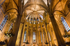 Άποψη του εσωτερικού του καθεδρικού ναού του ιερών σταυρού και του Αγίου Eulalia, ο γοτθικός καθεδρικός ναός της Βαρκελώνης στοκ φωτογραφίες με δικαίωμα ελεύθερης χρήσης