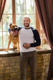 Άποψη του ευτυχούς νεαρού άνδρα και του σκυλιού του στοκ φωτογραφία με δικαίωμα ελεύθερης χρήσης