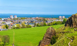 Άποψη του Εδιμβούργου από το πάρκο Holyrood Στοκ φωτογραφία με δικαίωμα ελεύθερης χρήσης