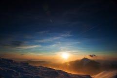 Άποψη του ηλιοβασιλέματος στα υψηλά βουνά Στοκ Φωτογραφίες