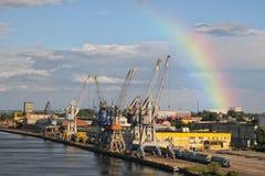 Άποψη του θαλάσσιου λιμένα με το ουράνιο τόξο στο υπόβαθρο Στοκ Εικόνα