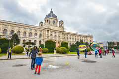Άποψη του διάσημου μουσείου φυσικής ιστορίας με το πάρκο και του γλυπτού στη Βιέννη, Αυστρία Στοκ εικόνα με δικαίωμα ελεύθερης χρήσης