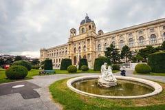 Άποψη του διάσημου μουσείου φυσικής ιστορίας με το πάρκο και του γλυπτού στη Βιέννη, Αυστρία Στοκ εικόνες με δικαίωμα ελεύθερης χρήσης