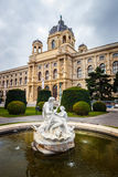 Άποψη του διάσημου μουσείου φυσικής ιστορίας με το πάρκο και του γλυπτού στη Βιέννη, Αυστρία Στοκ Εικόνες