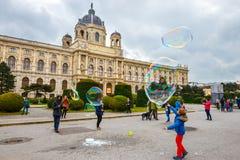 Άποψη του διάσημου μουσείου φυσικής ιστορίας με το πάρκο και του γλυπτού στη Βιέννη, Αυστρία Στοκ Φωτογραφία