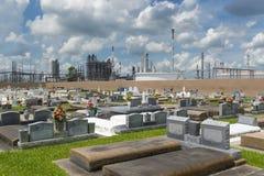 Άποψη του ιερού Rosary νεκροταφείου σε Taft, Λουιζιάνα, με ένα εργοστάσιο πετροχημικών στο υπόβαθρο Στοκ εικόνες με δικαίωμα ελεύθερης χρήσης