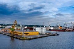 Άποψη του λιμένα και του ναυπηγείου αποβαθρών Στοκ φωτογραφίες με δικαίωμα ελεύθερης χρήσης