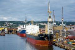 Άποψη του λιμένα και του ναυπηγείου αποβαθρών Στοκ εικόνα με δικαίωμα ελεύθερης χρήσης