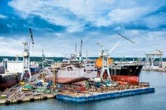Άποψη του λιμένα και του ναυπηγείου αποβαθρών Στοκ Εικόνες