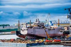 Άποψη του λιμένα και του ναυπηγείου αποβαθρών Στοκ Εικόνα