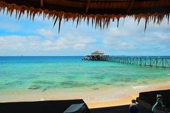 Άποψη του λιμενοβραχίονα στην τυρκουάζ θάλασσα του νησιού Μαλαισία Tioman στοκ φωτογραφία