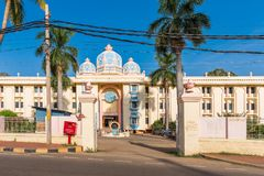 Άποψη του ινδικού κτηρίου, Puttaparthi, Άντρα Πραντές, Ινδία Διάστημα αντιγράφων για το κείμενο Στοκ Φωτογραφία