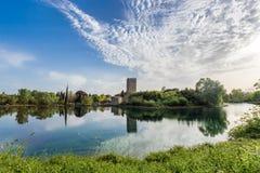 Άποψη του ιστορικού κάστρου και της θεαματικής λίμνης του κήπου στοκ φωτογραφία