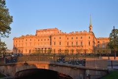 Άποψη του κάστρου μηχανικών Mikhailovsky και της γέφυρας με Στοκ Φωτογραφία