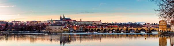 Άποψη του κάστρου της Πράγας (τσέχικα: Prazsky hrad) και γέφυρα του Charles (τσέχικα: Karluv πιό πολύ), Πράγα, Δημοκρατία της Τσε στοκ φωτογραφίες