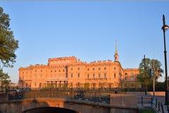 Άποψη του κάστρου Mikhailovsky (μηχανικοί) και της γέφυρας με Στοκ φωτογραφία με δικαίωμα ελεύθερης χρήσης
