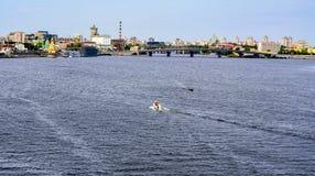 Άποψη του Κίεβου από ένα σημείο γεφυρών πέρα από το Dnieper Ουκρανία Στοκ εικόνα με δικαίωμα ελεύθερης χρήσης