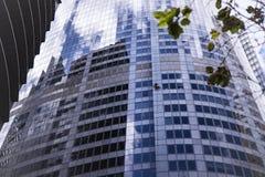 Άποψη του καθαριστή παραθύρων στον τοίχο του ουρανοξύστη στοκ φωτογραφίες