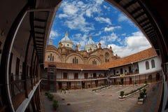 Άποψη του καθεδρικού ναού της αμόλυντης σύλληψης Cuenca από το σχολή του San Luis Ευρεία γωνία Στοκ φωτογραφία με δικαίωμα ελεύθερης χρήσης