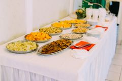 Άποψη του καθορισμένου συνόλου γαμήλιων πινάκων των πιάτων με τα cheps και τα καρύδια Στοκ Φωτογραφία