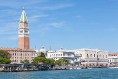 Άποψη του καμπαναριού και Doges του παλατιού, Βενετία, Ιταλία από το λ Στοκ Φωτογραφία