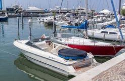 Άποψη του καναλιού με τις βάρκες και τα γιοτ στην ιταλική πόλη του Ρ Στοκ φωτογραφίες με δικαίωμα ελεύθερης χρήσης