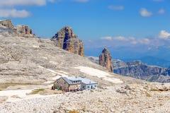 Άποψη του καταφυγίου, ` Rifugio Piz Boè ` στο ίχνος Sass Pordoi, δολομίτες, Ιταλία στοκ φωτογραφίες