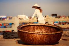 άποψη του καλαθιού αλιείας του Βιετνάμ ενάντια στο ξανθό κορίτσι σε εθνικό Στοκ Εικόνα