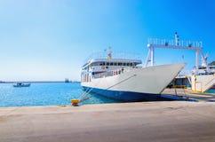 Άποψη του κενού πορθμείου στα χαρακτηριστικά ελληνικά μπλε άσπρα χρώματα που περιμένουν το ι Στοκ Φωτογραφίες