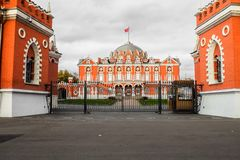 Άποψη του κεντρικού κτιρίου από τη κυρία είσοδος στο σύνθετο παλάτι Petroff, Μόσχα, Ρωσία Στοκ φωτογραφία με δικαίωμα ελεύθερης χρήσης