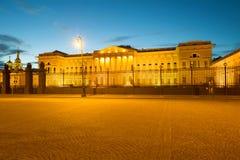 Άποψη του κεντρικού κτιρίου του ρωσικού μουσείου στην άσπρη νύχτα, Άγιος Πετρούπολη στοκ εικόνα με δικαίωμα ελεύθερης χρήσης