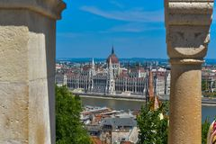 Άποψη του Κοινοβουλίου της Βουδαπέστης από τον προμαχώνα ψαράδων ` s Στοκ Φωτογραφία